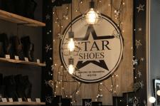 Вывеска в обувном магазине