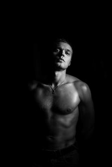 Студийный мужской портрет