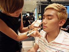 Все больше мужчин в Южной Корее пользуются космети