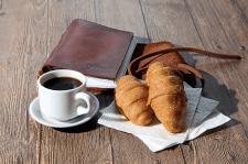 Круассаны, кофе, кожаный записничок
