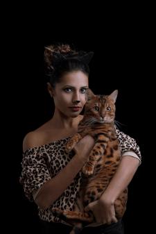 Творческая съёмка девушки с кошкой