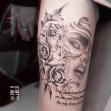 Лицо, розы, надпись тату для девушки