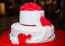 Первое дело семейной жизни – режем свадебный торт