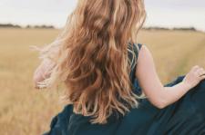 Девушка с длинными волосами в поле