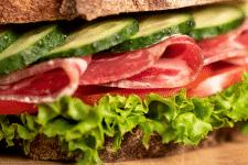 Сендвіч з сиров'яленою шинкою і овочами.