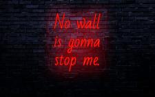 Візуалізація неонової вивіски на стіні