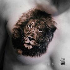 Лев на груди тату