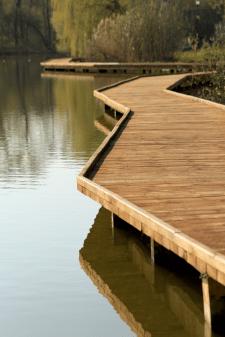 Терасна доріжка для прогулянок над водою