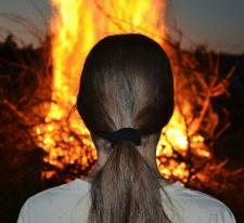 На фоне огня