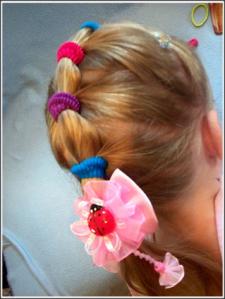 Простые и нарядные прически для маленьких девочек