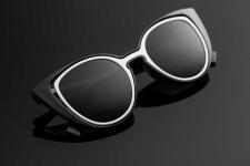 Сонцезахисні окуляри на чорному фоні.