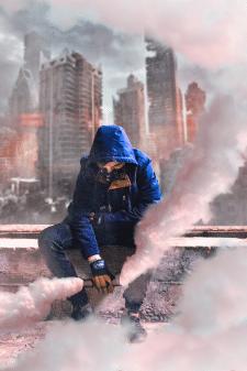 Парень держит дымовую шашку