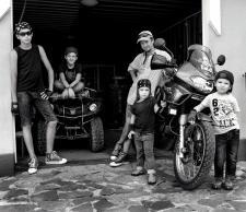 Семейный портрет в гараже